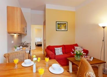 Das gemütliche und zugleich helle 2-Raum-Appartement Nr. 10  der Villa San Remo mit einer Größe von 33 m² befindet sich im 2. Obergeschoss und bietet ausreichend Platz für einen erholsamen Urlaub
