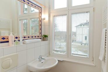 Das Badezimmer ist mit Dusche, WC, Waschtisch und Haarfön ausgestattet.