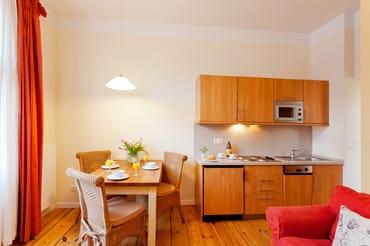 Ein Esstisch bietet Platz für vier Personen, um den kulinarischen Freuden zu frönen.