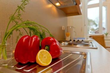 Für die Zubereitung der Lieblingsspeisen bietet die in den Wohnraum integrierte Küchenzeile alles was das Kochherz höher schlagen lässt.