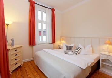 Im Schlafzimmer können Sie sich in das bequeme Doppelbett (180x200cm) fallen lassen – und so erholt in einen neuen Urlaubstag starten.