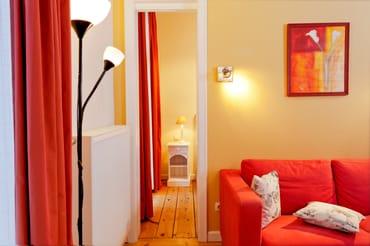 Die Couch im Wohnbereich kann mit wenigen Handgriffen als Schlafstätte für einen weiteren Gast umfunktioniert werden.