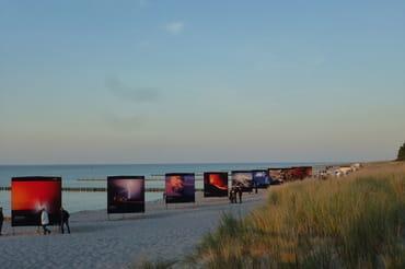 "Fotoausstellung ""Horizonte"" am Strand"