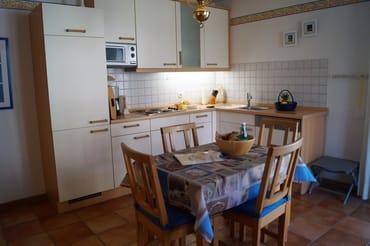 Küchenzeile mit separatem Esstisch