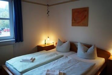Schlafzimmer mit großen Kleiderschrank für die Urlaubsgarderobe