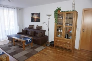 Wohnzimmer mit gemütlicher Couch