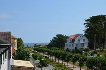 Blick vom Balkon auf die Strandstrasse nd Ostsee