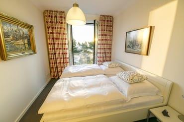 Auch vom Schlafzimmer aus haben Sie Meerblick. Es ist mit Doppelbett, großem Kleiderschrank und elektrisch bedienbaren Lammellenfensterläden ausgestattet.