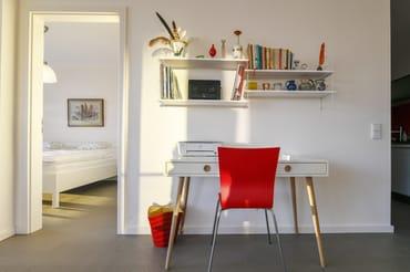... kombiniert mit modernen Möbelstücken und maritimer Kunst an den Wänden.