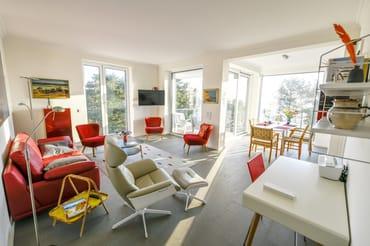 Die Fenster im Wohnzimmer (außer die Balkontür) sind entweder mit elektrisch bedienbaren Lamellenfensterläden oder Außenrolläden ausgestattet.