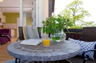 Genießen Sie Ihre liebevoll zubereiteten Speisen und ein Glas Wein im Freien ....