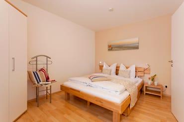 Über eine Treppe gelangen Sie vom Erdgeschoss in den Souterrain-Bereich. Dort befinden sich die beiden Schlafzimmer und das Badezimmer.