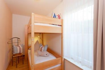 ... ist im Schlafzimmer im Babyreisebett (max. 3 Jahre) oder auf Faltmatratze (3 – 10 Jahre) 80 x 200 cm möglich. Im 2. Schlafzimmer befindet sich für unsere kleinen Gäste ein Etagenbett.