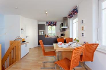 Die im Wohnbereich integrierte komplett ausgestattete Einbauküche verfügt zudem ...