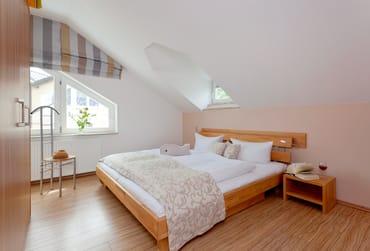 Zwei Schlafzimmer mit je einem Doppelbett 180 x 200 cm (je zwei Matratzen) bieten unseren Gästen einen entspannten Schlafkomfort im Urlaub. Die Aufbettung für ein Kind ist in jedem ...