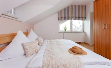 ... der beiden Schlafzimmer entweder in einem Babyreisebett bis max 3 Jahre oder auf der Faltmatratze (3 – 10 Jahre) 80 x 200 cm möglich. Das Appartement verfügt über zwei Schlafzimmer.