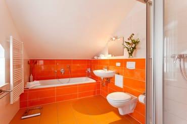 Das Bad en suite - abgehend von einem der beiden Schlafzimmer überzeugt mit Großzügigkeit, Badewanne und Dusche, WC, Fußbodenheizung und Haartrocker - ...