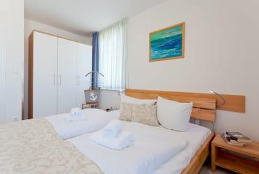 Das Schlafzimmer ist mit einem Doppelbett 160 x 200 cm (durchgehende Matratze) mit Leselampe ausgestattet.