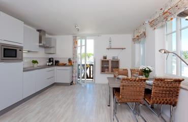Die im Wohnbereich integrierte komplett ausgestattete Einbauküche verfügt zudem über Kühlschrank, Mikrowelle, Ceran-Kochfeld (4 Platten), ...