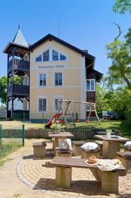 Eine Sitzecke im Garten sowie ein Spielbereich für Kinder mit Rutsche, Schaukel und Sandkasten steht unseren Gästen zur allgemeinen Nutzung bereit.