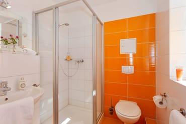 Das Badezimmer ist mit Dusche, WC, ...