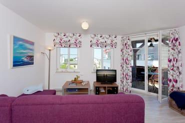 Der Wohnbereich verfügt über eine gemütliche Couch (mit Ausziehfunktion/Liegefläche ca. 140x220cm) mit Leselampe,  Flachbild-TV (32 Zoll), CD / DVD  System, iPod-Dockingstation ...