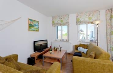 ... und ist mit seinen 57 Quadratmetern das ideale Urlaubsdomizil für bis zu 6 Personen. Der Wohnbereich verfügt über eine gemütliche Couch (mit Ausziehfunktion für Aufbettung) mit Leselampe, ...