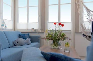 Der Wohnbereich verfügt über eine gemütliche Couch (mit Ausziehfunktion für Aufbettung) mit Leselampe,  Flachbild-TV (32 Zoll), ...
