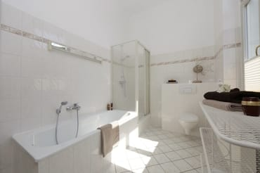 Bad mit Badewanne und Dusche