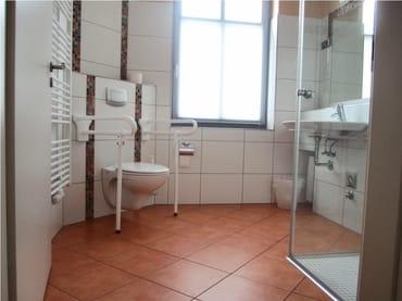 Bad (Toilette auf Wunsch mit anbaubaren Stützen)