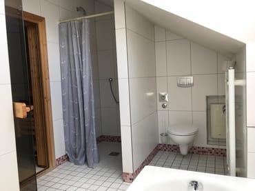 Bad mit Dusche, Wanne und Sauna