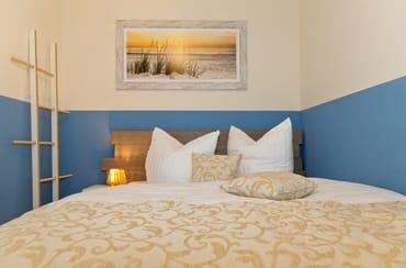 ... - befindet sich das bequeme Doppelbett sowie ein geräumiger Kleiderschrank für Ihre Habseligkeiten.