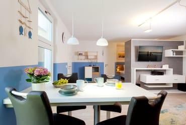 Die separate komplett ausgestattete Einbauküche verfügt zudem über Kühlschrank mit Gefrierfach, Mikrowelle, Ceran-Kochfeld (2 Platten), Spülmaschine, Wasserkocher, Toaster, Kaffeemaschine.
