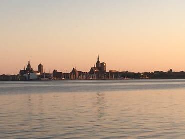 Blick von Altefähr auf die Hansestadt Stralsund - am Abend