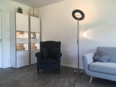 Das Wohnzimmer mit Ohrensessel für gemütliche Lesestunden