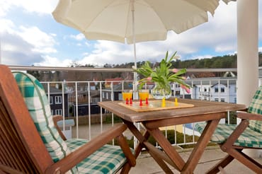 Auf dem angrenzenden Balkon können Sie den Urlaubstag Revue und in aller Ruhe ausklingen lassen.
