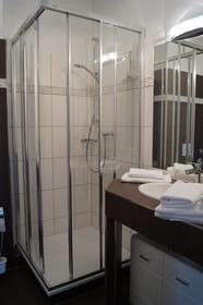 neu renoviertes Bad mit Dusche (fast ebenerdiger Einstieg)