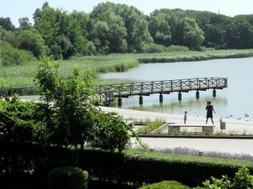 Blick vom Balkon zur Seebrücke und Seepromenade.