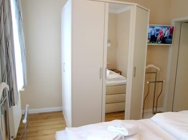 Möblierung Schlafraum, großer Kleiderschrank, TV mit Schwenkarm.
