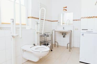 rollstuhlgerechte Bad mit Dusche/WC und Waschmaschine