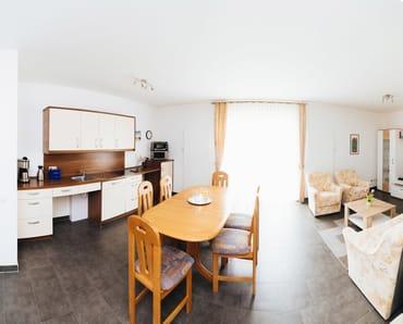 Wohn- und Essbereich mit Küchenzeile; Zugang zur Terrasse