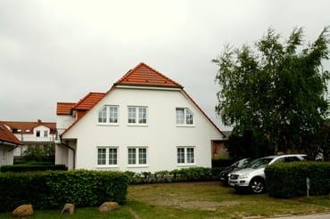 Ansicht vom Lotsenberg mit Blick auf unser Ferienhaus und eigenem Parkplatz