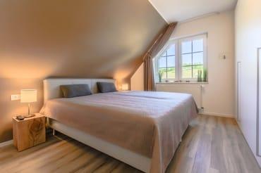 Schlafzimmer mit separaten LED-TV