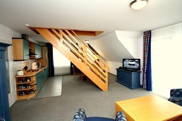 Offener Wohn- und Essbereich mit Treppe zur Schlafgalerie