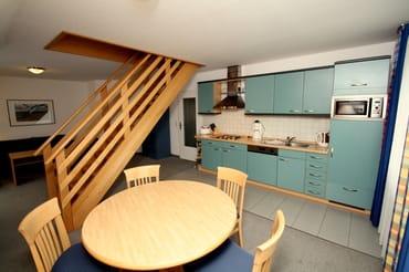 Offener Essbereich mit Treppe zur Schlafgalerie