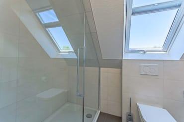 Helles Bad mit großer Dusche