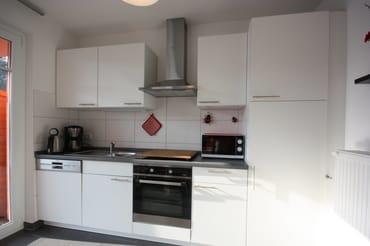 Küche mit Mikrowelle und Backofen, Kühlschrank mit Gefrierfach