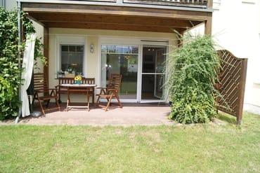 Ein Blick auf die Terrasse von der Rasenfläche aus.