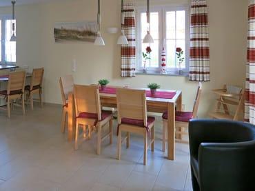 Blick auf den Essplatz (Tischlänge  160/200/240 cm), links zur offenen Küche