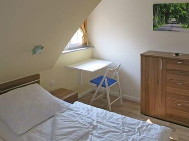 Schlafzimmer mit Klapptisch am Fenster